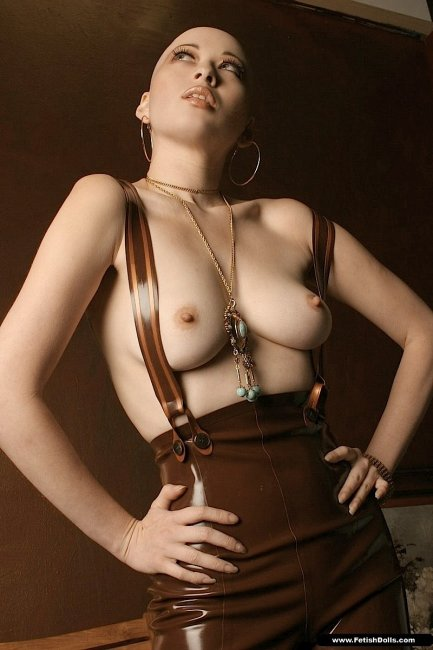 Лысая девушка с голой грудью