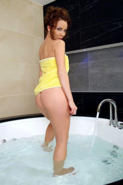 Сучка в желтом полотенце пришла купаться