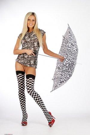 Черно-белая модель с зонтиком