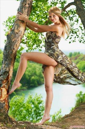 восемнадцатилетняя расслабляется на природе.