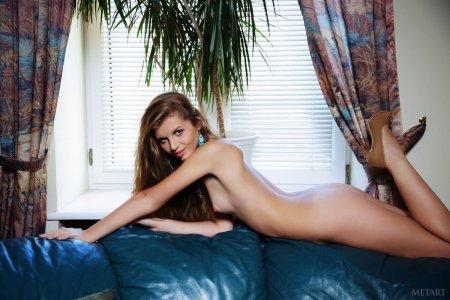 Голая богиня на синем диване.