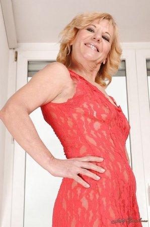 Дама в прозрачном платье без нижнего белья