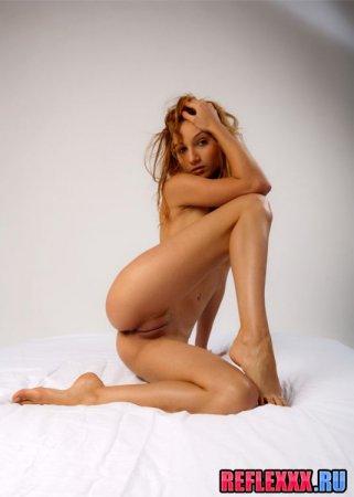 Девушка-вагина с огромной голой пилоткой фото