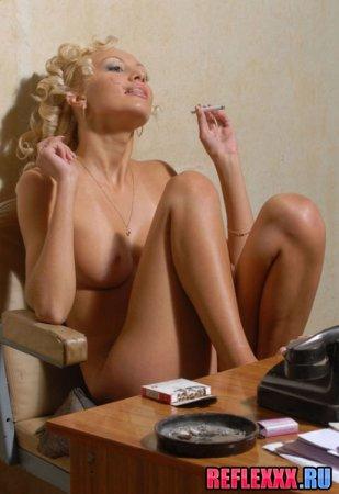 Начальник спалил голую секретаршу у телефона