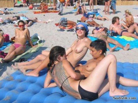 Обнажённые девушки загорают на пляже
