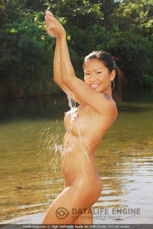 Раздетая упругая японка омывает груди