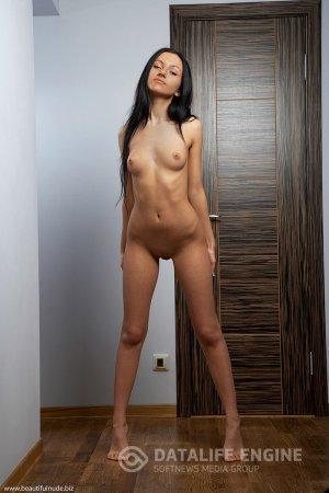 Эротика с темненькой сексуальной шалавой в коридоре