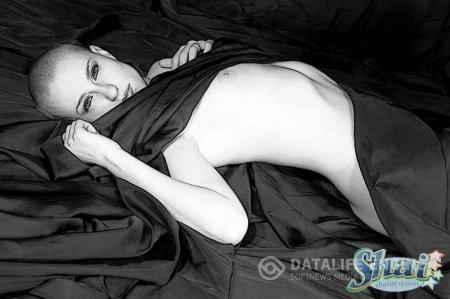 Голая лысая героиня на черно-белом фото