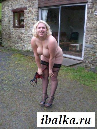 Раздетая взрослая женщина на улице
