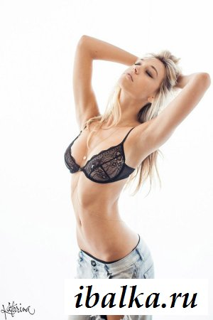 Полу раздетая модель Alexis Ren