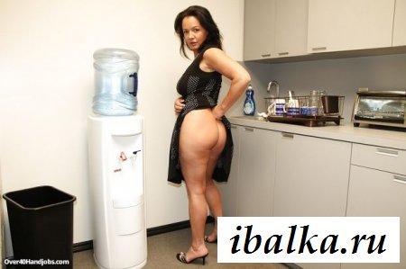 Голые сиськи и задница взрослой женщины