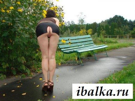Раздетые женские промежности под юбкой