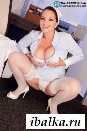 Полное обнажение пышной медсестры