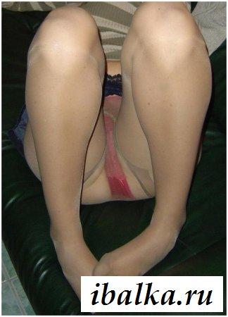 Голые письки показались под юбкой