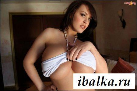 Сучка с голой огромной грудью
