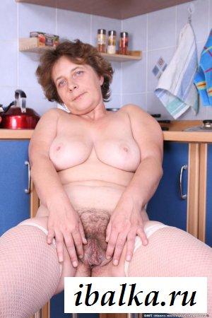 Обнажённая волосатая манда зрелой бабушки