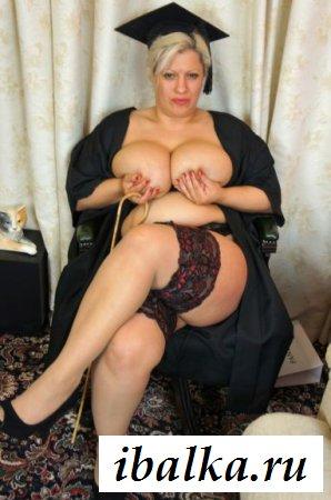 Раздетые мясистые груди взрослой женщины