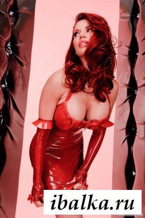 Эротика шатенки в красном платье из латекса