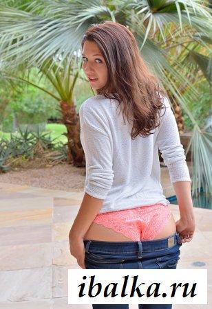 Классная восемнадцатилетняя сучка заводит голой задницей