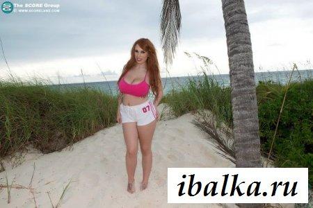 Обаятельная баба с большими сиськами в пляжной эротик