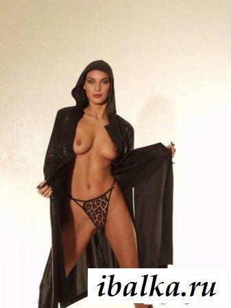 Обнажение сексуальных прелестей лысой самочки