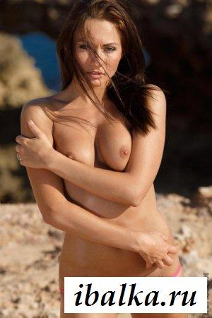 Обнажённая жгучая брюнетка в бикини