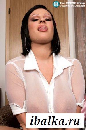Аппетитная мадам с раздетой огромной грудью