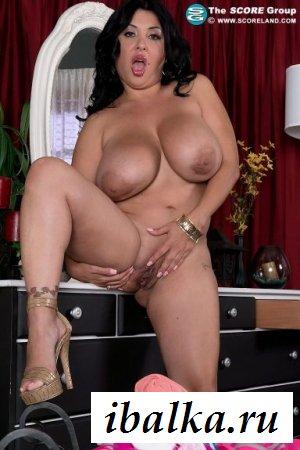 Классная дамочка с обнажёнными большими сиськами
