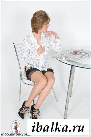 Эротика с бабушкой в чулках за столом