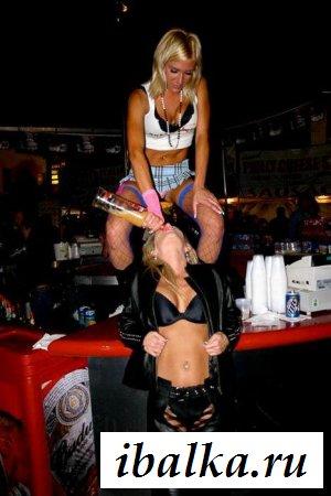 Опьяневшие самочки обнажаются на публике