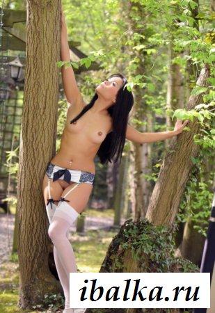 Сочная японка раздевается на природе