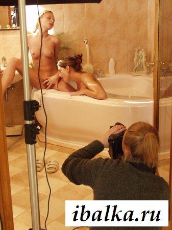 Бурный трах двух телочек при фотографе