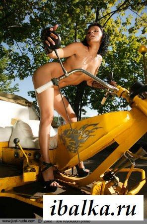 Голая мечта мотоциклистов с классной попкой