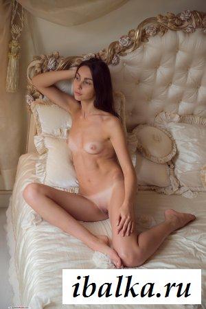 Голая принцесса в роскошной кровати