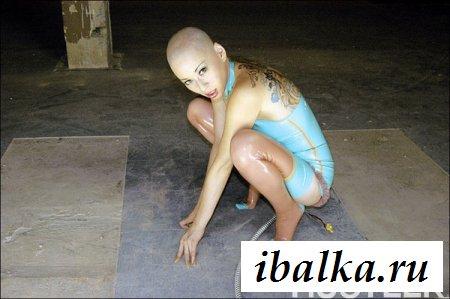 На спине эротичной шлюхи есть татуировки