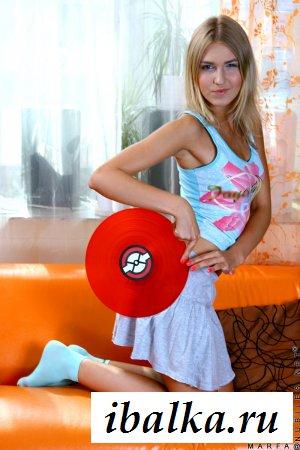 Блондинка обнажила титьки и чувствительные сосочки