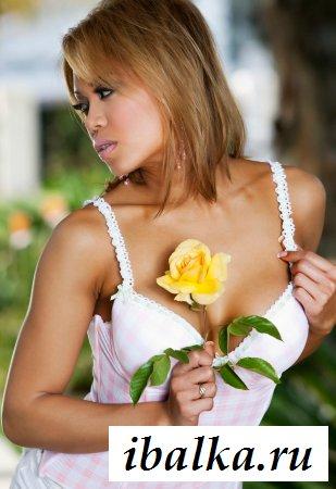 Мулатка разделась и приложила к сиськам цветок