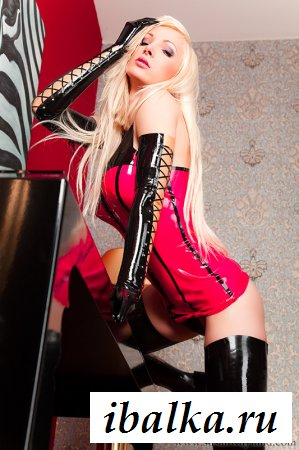 Блондинка в платье устроила эротичное шоу