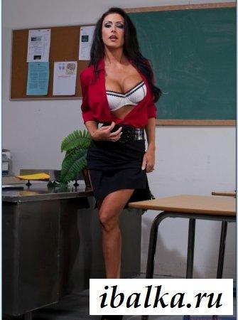 Эффектная обнаженная царица в красной рубашке