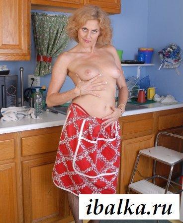 Зрелая обнаженная срака на кухне