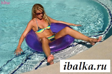 Блондинка в эротичном купальнике в фиолетовом бублике