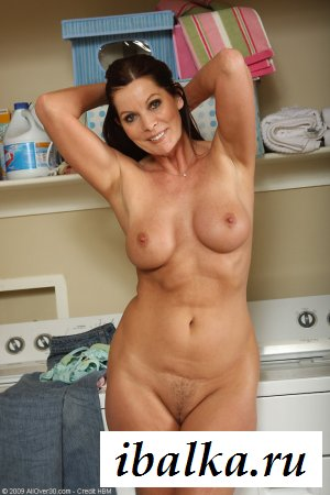 Зрелая обнаженная мамочка рядом с стиралкой