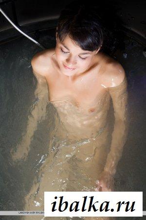 Черноволосая имеет офигенные голые сиськи
