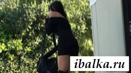 Девка с голой попой эротично наклонилась