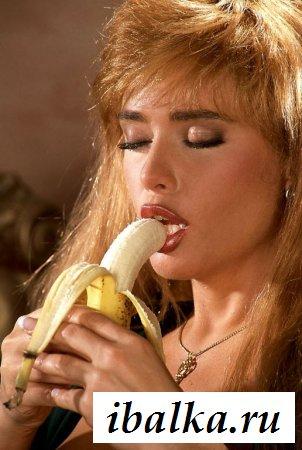 Слащавая голая барыня кусает банан