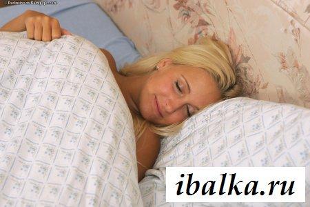 Телочка в обнаженке дрочит анус и спит