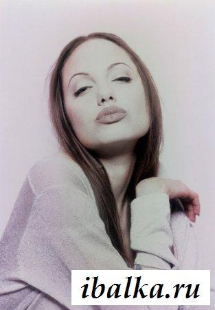 Горячая знаменитость Анджелина Джоли с сигареткой