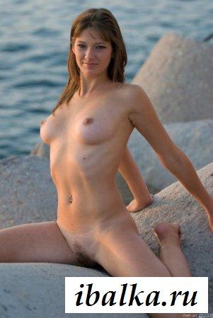 Путешественница с красивыми дойками у моря