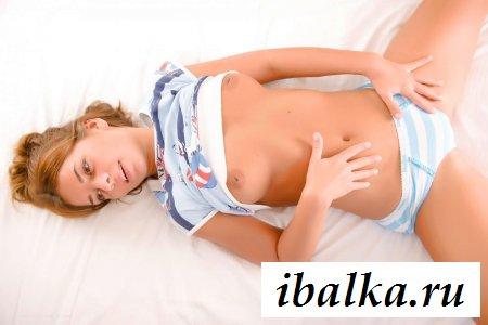 Сучка снимает трусики с округлой задницы - порно фото