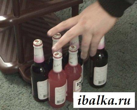Пьяная шалава с откровенно показывает бедра